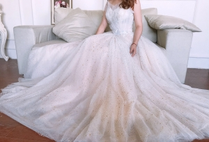 What a graceful wedding dress! I like the style, the color and the fabric as well