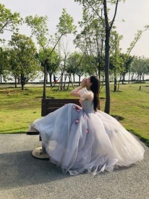 Une très jolie robe avec une belle coupe et un beau tissu.